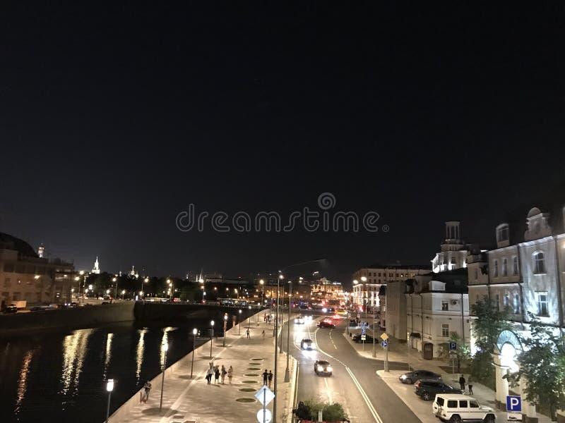 Πόλη ποταμών θερινής νύχτας της Μόσχας στοκ φωτογραφία με δικαίωμα ελεύθερης χρήσης