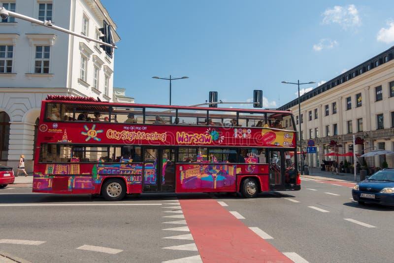 Πόλη που επισκέπτεται το τουριστικό λεωφορείο στο στο κέντρο της πόλης στοκ φωτογραφίες