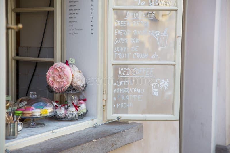 Πόλη Πράγα, Δημοκρατία της Τσεχίας Υπαίθριος καφές, κέικ στο παράθυρο και την επιλογή 24 Απριλίου 2019 στοκ φωτογραφίες με δικαίωμα ελεύθερης χρήσης