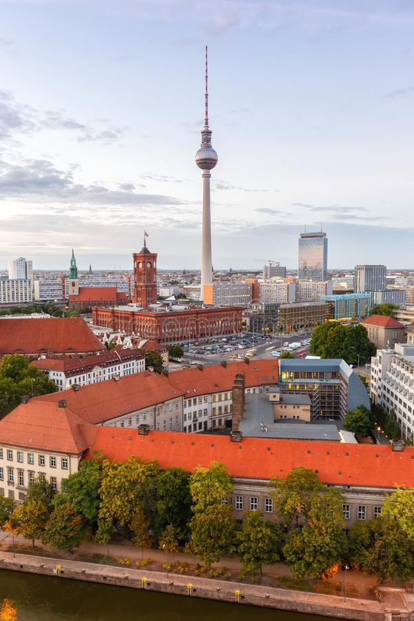 Πόλη σχήματος πορτρέτου της Γερμανίας πύργων TV οριζόντων του Βερολίνου townhall στοκ φωτογραφίες με δικαίωμα ελεύθερης χρήσης