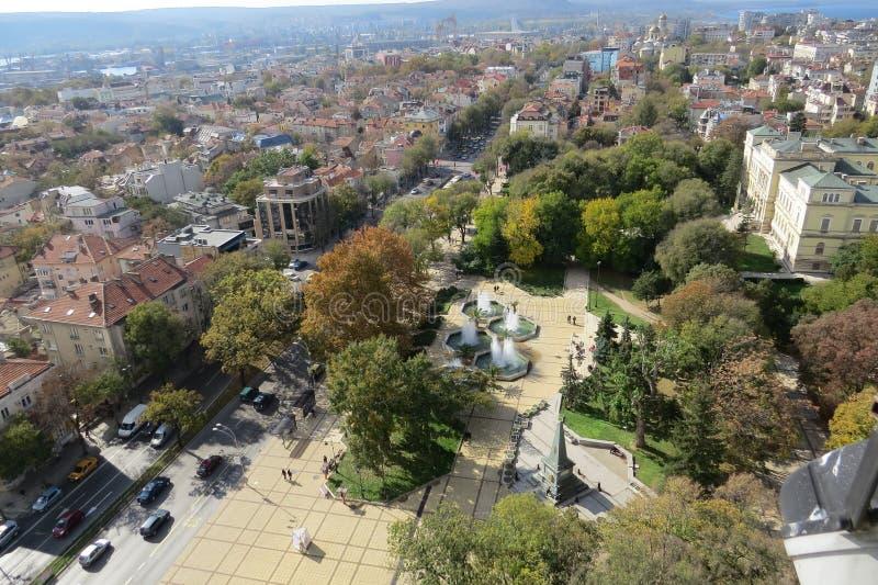 Πόλη της Βάρνας, Βουλγαρία, που βλέπει άνωθεν Εναέρια φωτογραφία με τη Μαύρη Θάλασσα πίσω στοκ εικόνες με δικαίωμα ελεύθερης χρήσης