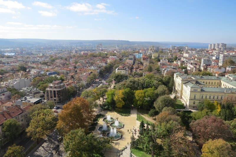 Πόλη της Βάρνας, Βουλγαρία, που βλέπει άνωθεν Εναέρια φωτογραφία με τη Μαύρη Θάλασσα πίσω στοκ εικόνες