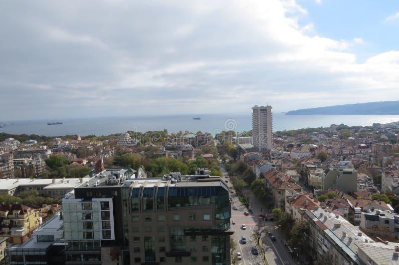 Πόλη της Βάρνας, Βουλγαρία, που βλέπει άνωθεν Εναέρια φωτογραφία με τη Μαύρη Θάλασσα πίσω στοκ φωτογραφίες