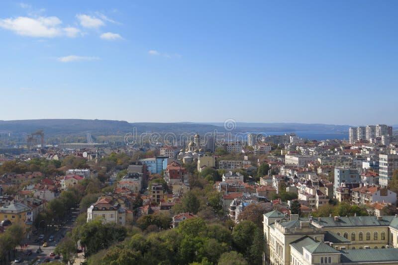 Πόλη της Βάρνας, Βουλγαρία, που βλέπει άνωθεν Εναέρια φωτογραφία με τη Μαύρη Θάλασσα πίσω στοκ φωτογραφία με δικαίωμα ελεύθερης χρήσης