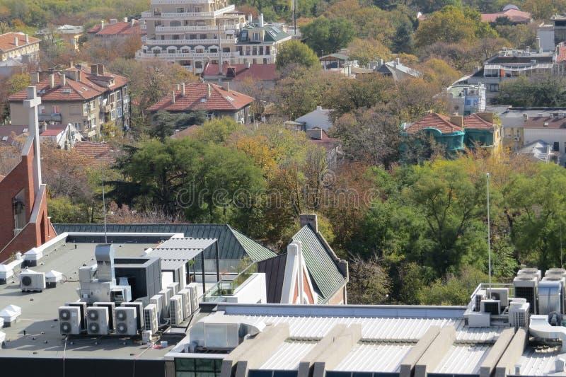 Πόλη της Βάρνας, Βουλγαρία, που βλέπει άνωθεν Εναέρια φωτογραφία με τη Μαύρη Θάλασσα πίσω στοκ εικόνα