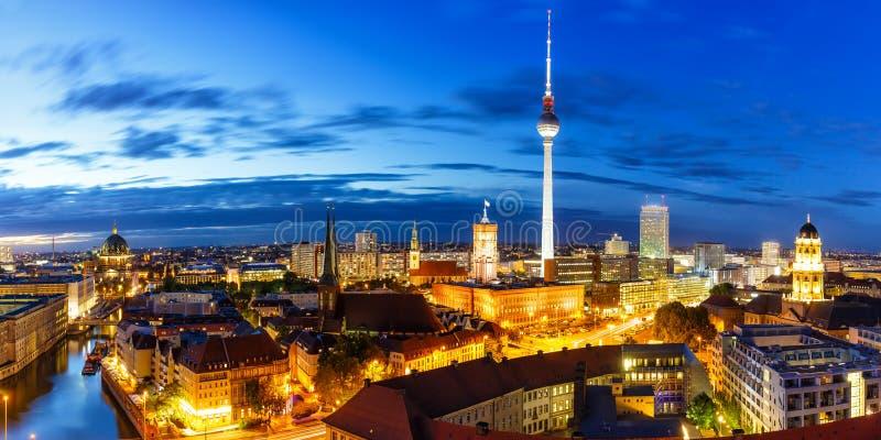Πόλη της Γερμανίας πύργων TV οριζόντων πανοράματος του Βερολίνου townhall τη νύχτα στοκ φωτογραφία με δικαίωμα ελεύθερης χρήσης