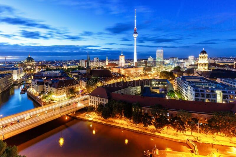 Πόλη της Γερμανίας πύργων TV οριζόντων του Βερολίνου townhall τη νύχτα στοκ εικόνα