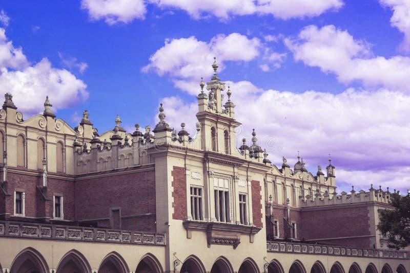 Πόλη της Κρακοβίας στην Πολωνία, κύριο τετράγωνο στην παλαιά κωμόπολη με το arcade της αίθουσας Sukiennice Coth στοκ εικόνα με δικαίωμα ελεύθερης χρήσης