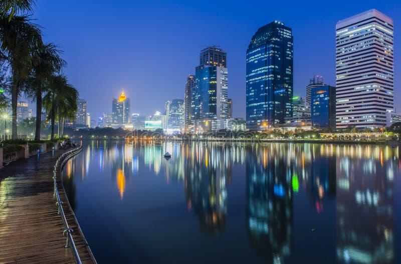 Πόλη της Μπανγκόκ τη νύχτα με την αντανάκλαση του ορίζοντα στοκ φωτογραφία με δικαίωμα ελεύθερης χρήσης