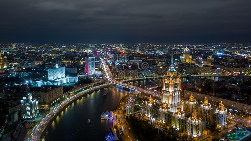Πόλη της Μόσχας με τον ποταμό της Μόσχας, ορίζοντας της Μόσχας με τον ιστορικό ουρανοξύστη αρχιτεκτονικής, εναέρια άποψη, Ρωσία στοκ φωτογραφίες