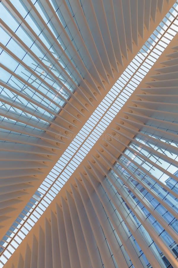 Πόλη της Νέας Υόρκης/ΗΠΑ - 22 ΑΥΓΟΎΣΤΟΥ 2018: Εσωτερική άποψη Oculus της πλήμνης μεταφορών του World Trade Center στο ηλιοβασίλεμ στοκ εικόνες