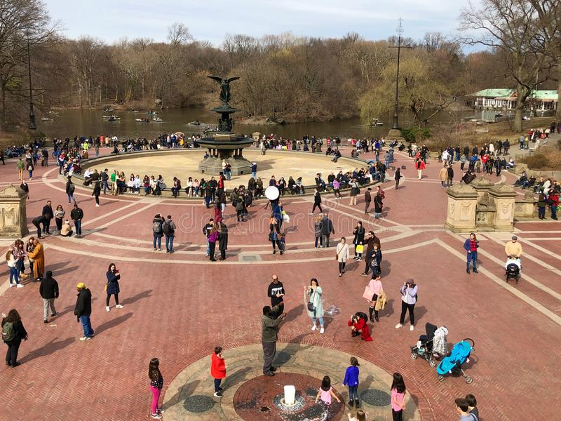 Πόλη της Νέας Υόρκης, Νέα Υόρκη - 24 Μαρτίου 2019: Άνθρωποι που απολαμβάνουν μια ηλιόλουστη και θερμή ημέρα στην πηγή Bethesda στ στοκ φωτογραφίες με δικαίωμα ελεύθερης χρήσης