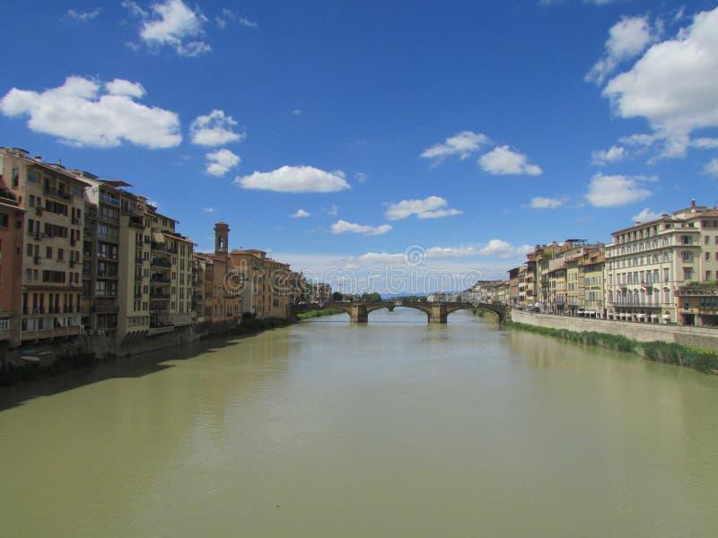 Πόλη της Φλωρεντίας, μια γέφυρα πέρα από τον ποταμό Arno, Ιταλία Και στις δύο τράπεζες των παλαιών κτηρίων στοκ εικόνες