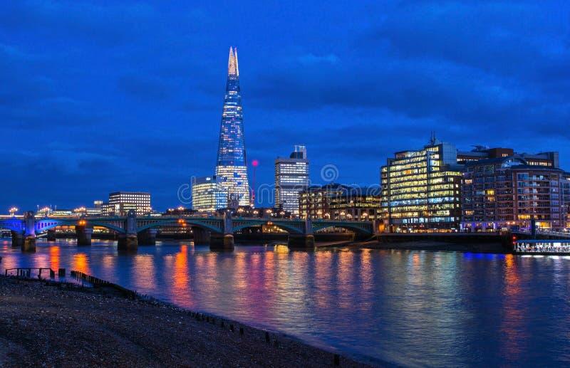 Πόλη του Λονδίνου, Αγγλία τη νύχτα από τον ποταμό Τάμεσης στοκ εικόνα