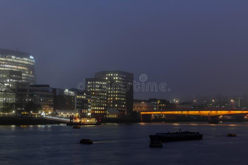 Πόλη του Λονδίνου και η πανοραμική άποψη του Τάμεση ποταμών τη νύχτα στοκ εικόνες με δικαίωμα ελεύθερης χρήσης