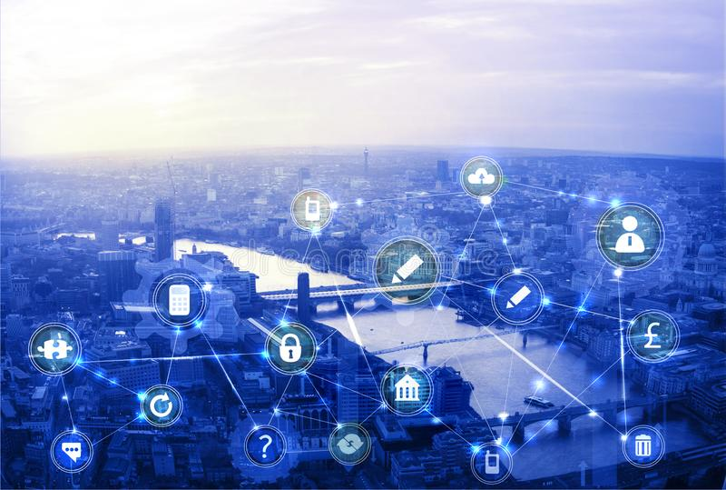 Πόλη του Λονδίνου στο ηλιοβασίλεμα Απεικόνιση με τα εικονίδια επικοινωνίας και επιχειρήσεων, έννοια συνδέσεων δικτύων στοκ φωτογραφία με δικαίωμα ελεύθερης χρήσης