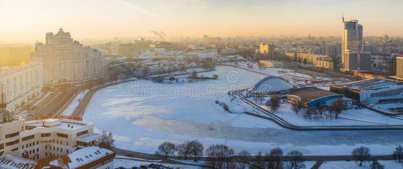 Πόλη του Μινσκ το χειμώνα, κεντρικός αναμμένη με τα φωτεινά sunrays επάνω πρόωρα στοκ φωτογραφίες