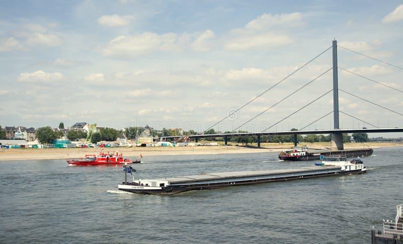 Πόλη του Ντίσελντορφ, ο ποταμός του Ρήνου Φορτηγό πλοίο και ένα πυροσβεστικό πλοίο στοκ φωτογραφίες με δικαίωμα ελεύθερης χρήσης
