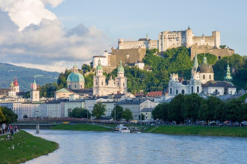 Πόλη του Σάλτζμπουργκ με διάσημο Festung Hohensalzburg και τον ποταμό Salzach στοκ εικόνα με δικαίωμα ελεύθερης χρήσης