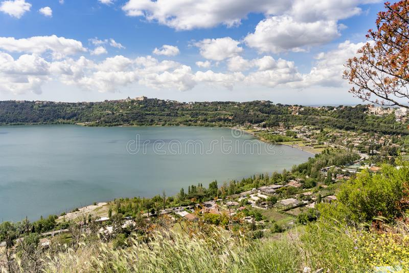 Πόλη του Castel Gandolfo που βρίσκεται από Albano τη λίμνη, Λάτσιο, Ιταλία στοκ φωτογραφία με δικαίωμα ελεύθερης χρήσης