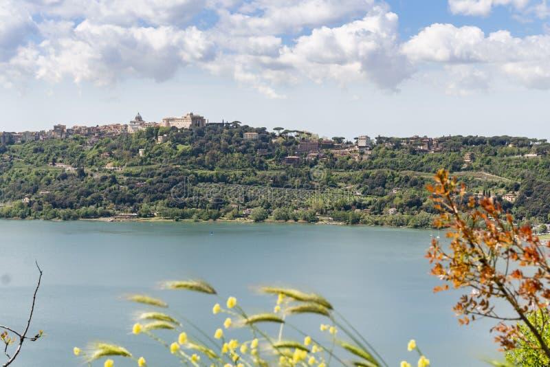 Πόλη του Castel Gandolfo που βρίσκεται από Albano τη λίμνη, Λάτσιο, Ιταλία στοκ φωτογραφίες με δικαίωμα ελεύθερης χρήσης