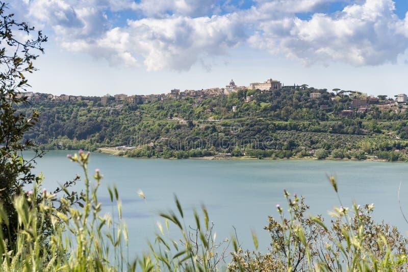 Πόλη του Castel Gandolfo που βρίσκεται από Albano τη λίμνη, Λάτσιο, Ιταλία στοκ εικόνες με δικαίωμα ελεύθερης χρήσης