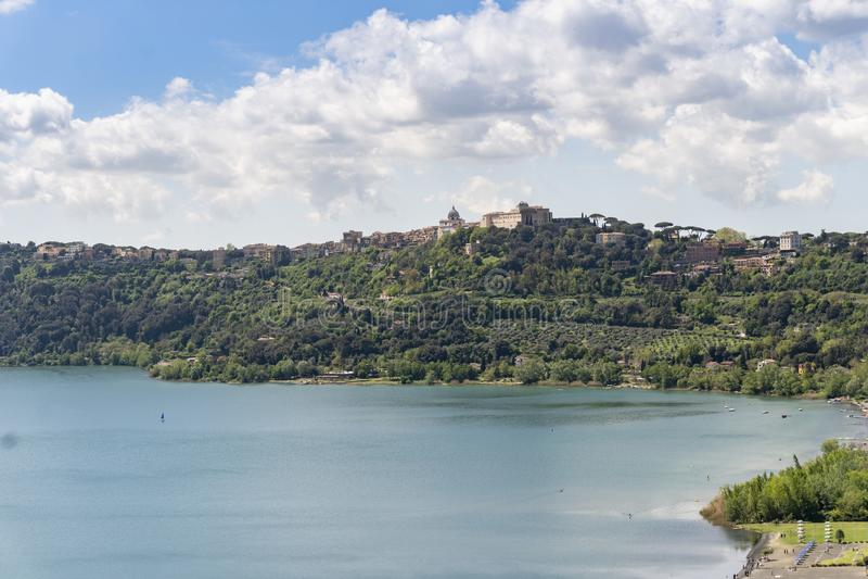 Πόλη του Castel Gandolfo που βρίσκεται από Albano τη λίμνη, Λάτσιο, Ιταλία στοκ φωτογραφία