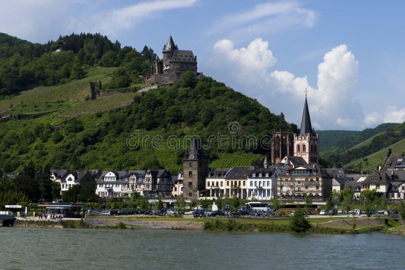 Πόλη όχθεων ποταμού Bacharach viewd από τον ποταμό Ρήνος, Rheinlan στοκ εικόνα