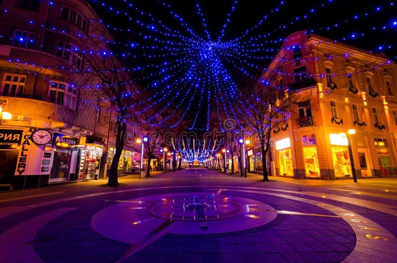Πόλη Burgas, Βουλγαρία - 8 Δεκεμβρίου 2012 Διακόσμηση Χριστουγέννων τη νύχτα στοκ φωτογραφία με δικαίωμα ελεύθερης χρήσης