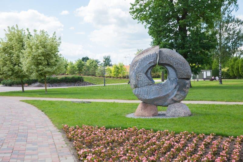 Πόλη Jelgava, λετονική Δημοκρατία Πάρκο πόλεων με το γλυπτό και τα λουλούδια Περπατώντας πορείες και δέντρα 9 Ιουνίου 2019   στοκ φωτογραφίες