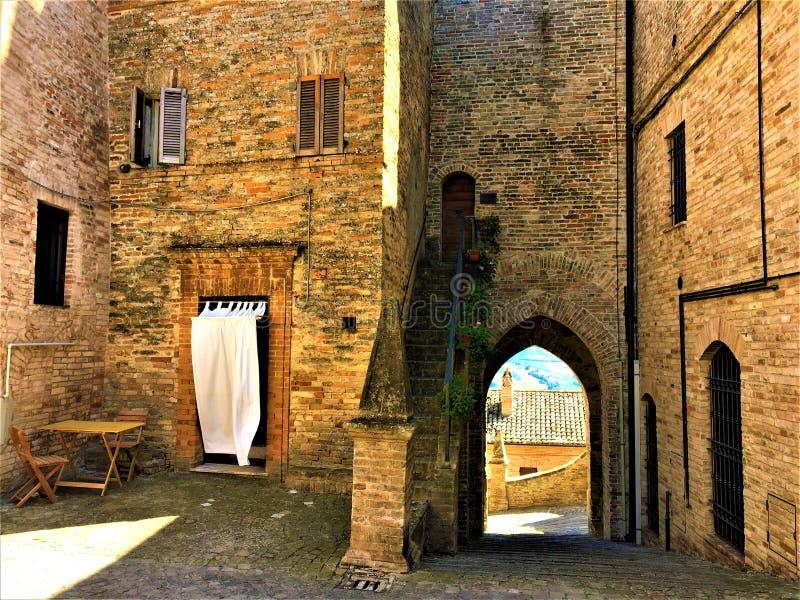 πόλη Moresco στην επαρχία Fermo, περιφέρεια Marche, Ιταλία Μεσαιωνικό σπίτι και τόξο, ειρήνη και σιωπή στοκ εικόνες