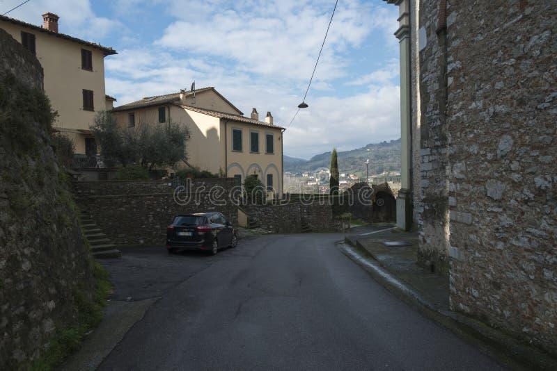 Πόλη Nozzano, Ιταλία, οδός κοντά στο μεσαιωνικό κάστρο στοκ φωτογραφία