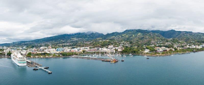 Πόλη Papeete, νησί της Ταϊτή, γαλλική Πολυνησία Εναέρια άποψη του ορίζοντα πόλεων, του θαλάσσιου λιμένα και του ναυτικού στοκ εικόνες