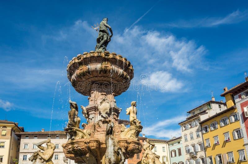 Πόλη Trento: κύρια τετραγωνική πλατεία Duomo, με τον πύργο ρολογιών και την πρόσφατη μπαρόκ πηγή Ποσειδώνα Πόλη σε Trentino Alto  στοκ φωτογραφίες