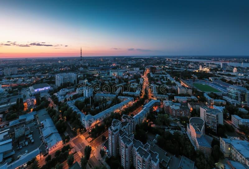 Πόλη Voronezh νύχτας κεντρικός ή κεντρικό πανόραμα άνωθεν με τη φωτισμένη οδική διατομή, κυκλοφορία αυτοκινήτων, εναέρια άποψη στοκ εικόνα