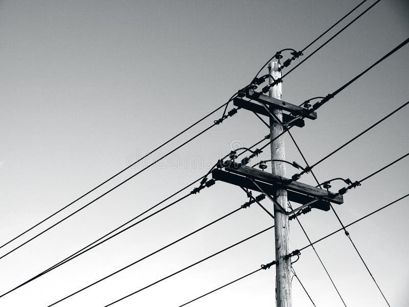 Πόλοι δύναμης και ηλεκτροφόρα καλώδια στοκ εικόνα με δικαίωμα ελεύθερης χρήσης
