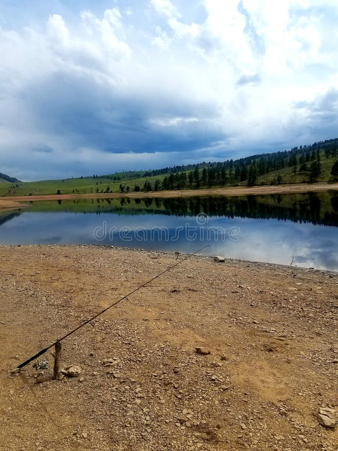 Πόλος αλιείας και καθρέφτης λιμνών στοκ εικόνα με δικαίωμα ελεύθερης χρήσης