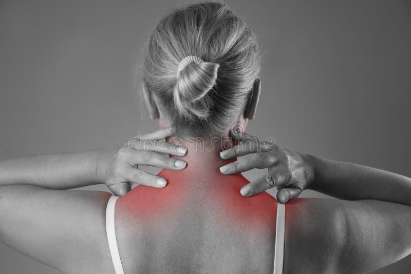 Πόνος λαιμών, μασάζ του θηλυκού σώματος, πόνος στο σώμα γυναικών ` s στοκ εικόνες με δικαίωμα ελεύθερης χρήσης