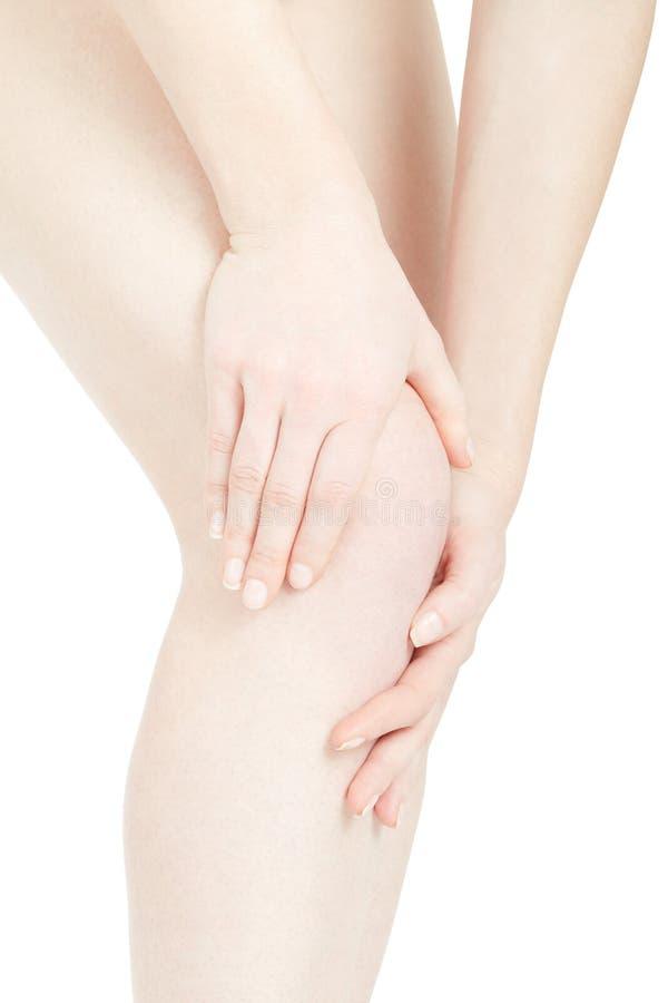 Πόνος γονάτων γυναικών με τα χέρια σχετικά με το πόδι, πορεία ψαλιδίσματος στοκ εικόνες