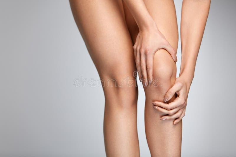 πόνος γονάτων Κινηματογράφηση σε πρώτο πλάνο του θηλυκού ποδιού με το επίπονο συναίσθημα στο γόνατο στοκ εικόνες με δικαίωμα ελεύθερης χρήσης