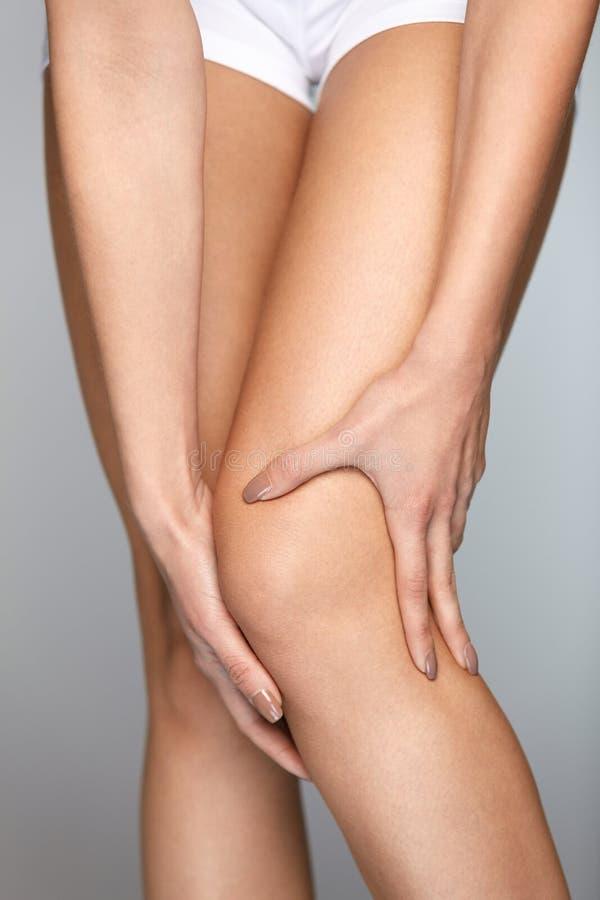 πόνος γονάτων Κινηματογράφηση σε πρώτο πλάνο του θηλυκού ποδιού με το επίπονο συναίσθημα στο γόνατο στοκ φωτογραφία