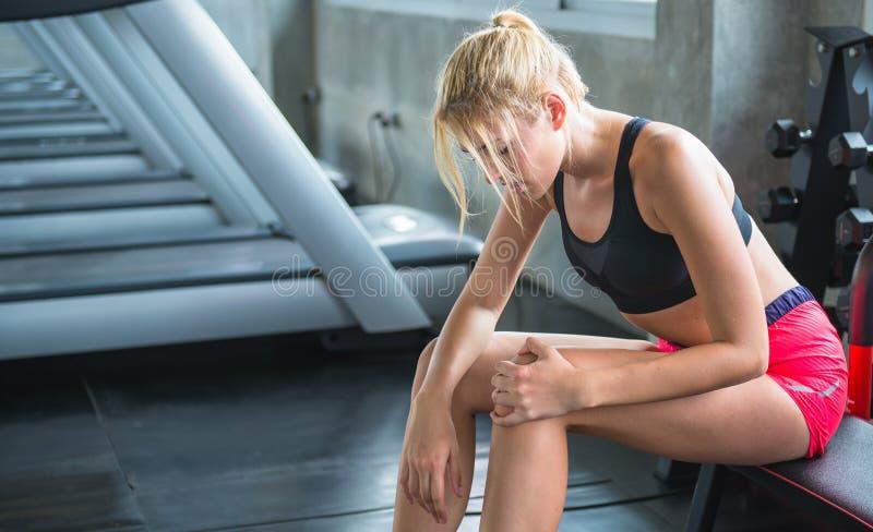 Πόνος γυναικών οι μυ'ες μετά από σε μια λέσχη ικανότητας στοκ φωτογραφία με δικαίωμα ελεύθερης χρήσης
