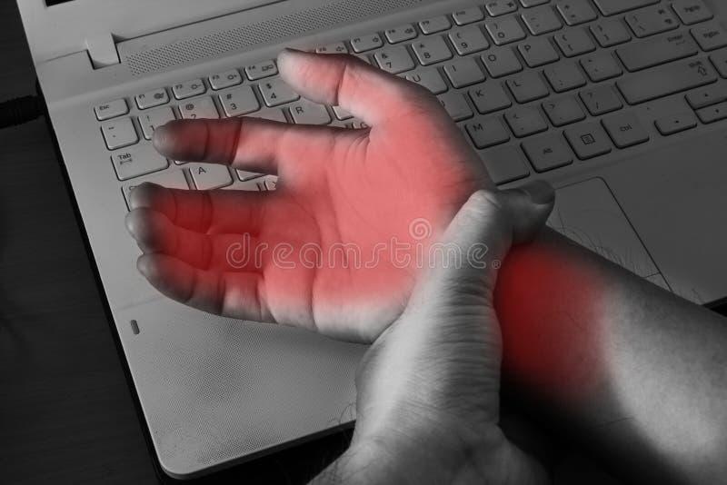 Πόνος καρπών από την εργασία με τον υπολογιστή στοκ εικόνες