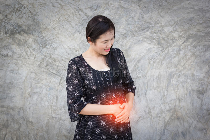 Πόνος κοιλιών ανύψωσης γυναικών στοκ εικόνα με δικαίωμα ελεύθερης χρήσης