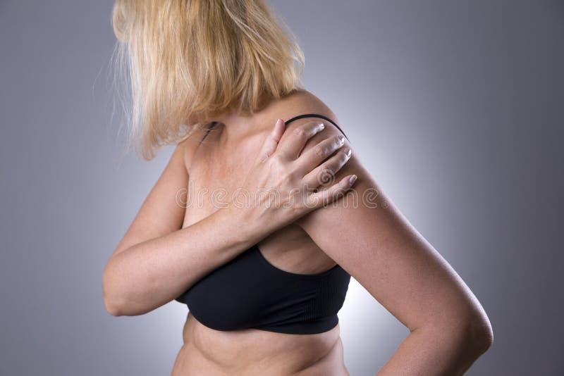 Πόνος στον ώμο, προσοχή των θηλυκών χεριών, πόνος στο σώμα γυναικών ` s στοκ φωτογραφίες