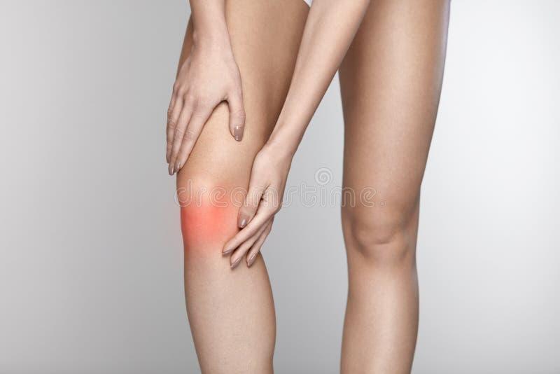 Πόνος σώματος Κινηματογράφηση σε πρώτο πλάνο του όμορφου θηλυκού σώματος με τον πόνο στα γόνατα στοκ φωτογραφία με δικαίωμα ελεύθερης χρήσης