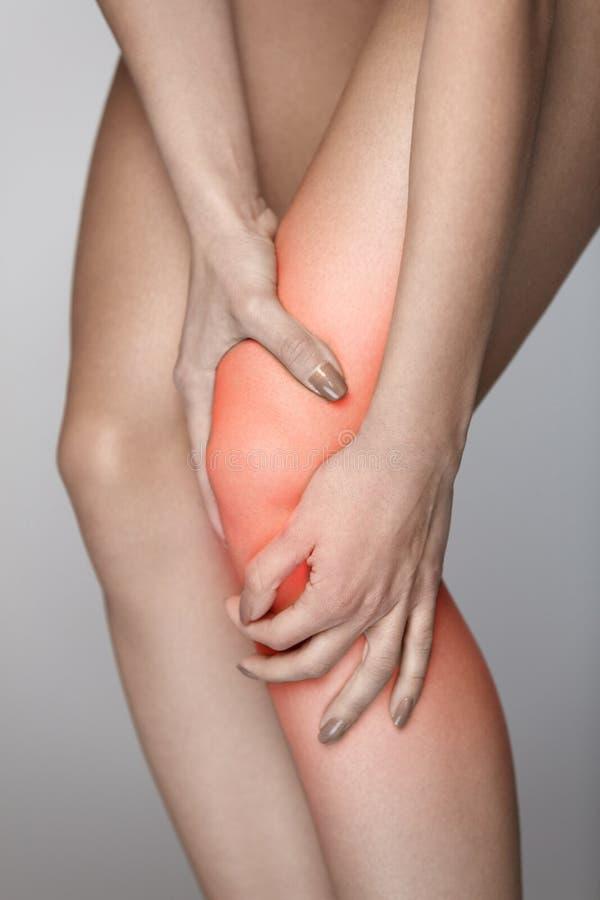 Πόνος σώματος Κινηματογράφηση σε πρώτο πλάνο του όμορφου θηλυκού σώματος με τον πόνο στα γόνατα στοκ εικόνες