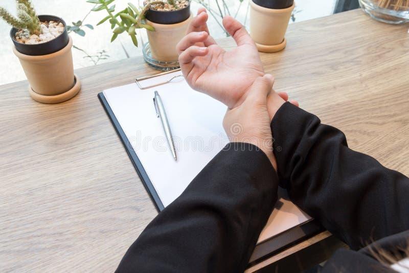 Πόνος χεριών γυναικών στο γραφείο - σύνδρομο γραφείων στοκ εικόνα με δικαίωμα ελεύθερης χρήσης