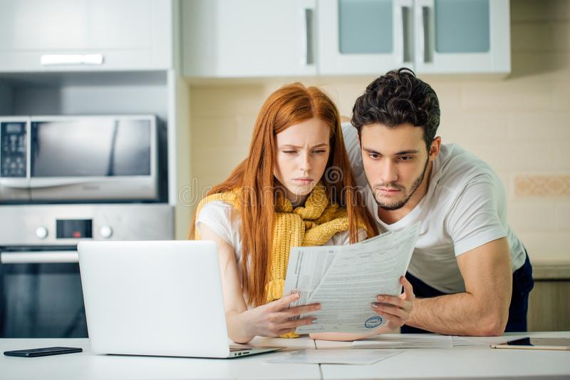 Πόροι χρηματοδότησης διαχείρισης ζεύγους, τραπεζικοί λογαριασμοί αναθεώρησης που χρησιμοποιούν το φορητό προσωπικό υπολογιστή στοκ εικόνα