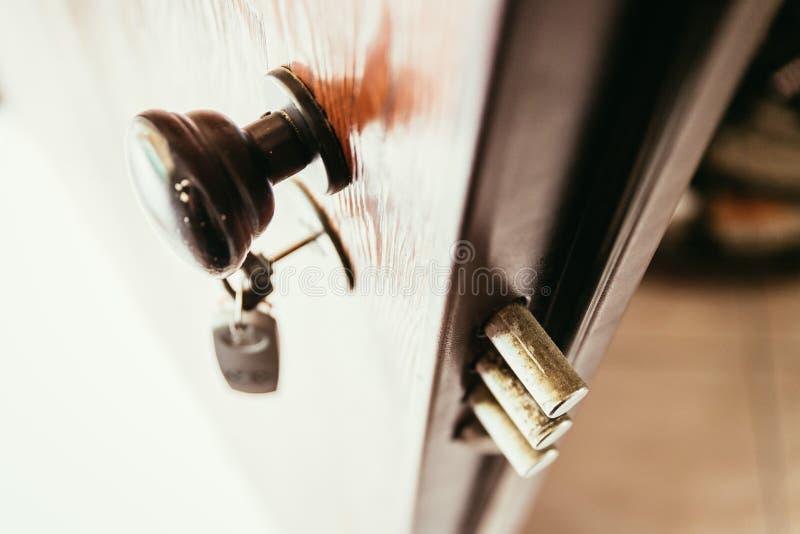Πόρτα ασφάλειας με την προστασία κλοπής στοκ φωτογραφία με δικαίωμα ελεύθερης χρήσης